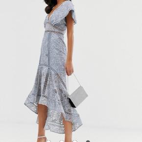 Kjolen er brugt en enkel aften og står som ny. Underkjole er en smule forlænget hos en skrædder med samme stof.