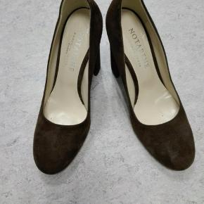 Flotte sko fra Notabene i brunt ruskind. Lige købt på TS, desværre for små til mig, så de må videre. Hæl 9 cm.