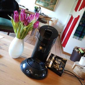 """Sælger min Philips Senseo kaffemaskine udelukkende da jeg har to andre, så den kommer i overskud. Medfølger til maskinen: Café Noir pads 16 stk + de 2 """"skeer"""" man putter padsene i til at lave enten en stor eller en lille kop"""
