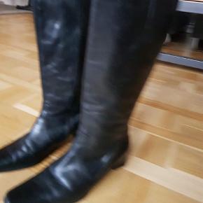 Varetype: Støvler Farve: Sort  Læderstøvler, som nye ! Meget lidt brugte støvler. Fremstår næsten som nye. Nypris var 1600