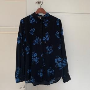 Super fin skjorte fra H&M med blomster print i blå.  Skjorten er aldrig brugt.