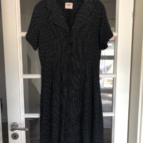 Flot vintage kjole i prikket print Sidder til i ved taljen, med bindebånd i ryggen  Som ny  Se også mine andre annoncer ☀️