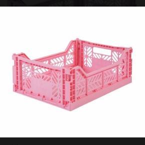 """Sælger nogle af mine fine Aykasa kasser (også kendt som de populære HAY kasser, dog ikke købt i HAY) da jeg har fået dem i fødselsdagsgave og i forvejen har en del, derfor er de aldrig brugt. Det er størrelsen """"midi""""."""