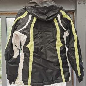 Skijakke, Active sport, str. 38 Sort skijakke med med hvid og limegrøn striber. Hætten kan tages af. Den er ikke vasket.