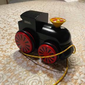 Hej! Jeg sælger dette fine Brio tog. Det er i farven sort. Den står i rigtig god stand, uden nogle skrammer eller andet på sig, som gør den ser helt ny ud! Skorstenen virker som den skal. Jeg sælger det til 100 kr. Hvis du har nogle spørgsmål til det, så spørg løs.  Tjek gerne mine andre annoncer ud for en masse billige ting!