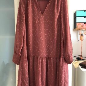 Smuk ny kjole, fine detaljer. Underkjole følger med.
