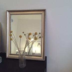 Smukt spejl med patina  Mål: 43cm i længde, 34cm i bredde