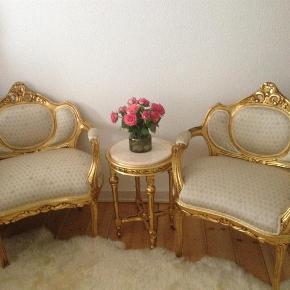 Brand: Rokoko Varetype: Bolig Størrelse: - Farve: Beige Oprindelig købspris: 3500 kr. Prisen angivet er inklusiv forsendelse.  To lænestole og et bord med marmor plade i rigtig god stand sælges.