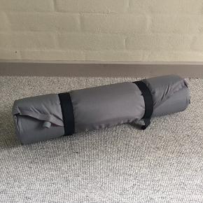 Jeg sælger dette liggeunderlag af mærket Pacific Outdoor Equipment. Det er godt brugt, men fungerer som det skal og taber ikke luft.  Læs mere om modellen her: https://www.rei.com/product/751064/pacific-outdoor-equipment-cruiser-mtn-sleeping-pad-regular  Målene er: 51 x 183 x 5 cm  Nypris er ukendt, da modellen ikke kan købes længere. Min pris er 150 kr.  Kan afhentes i Vanløse.