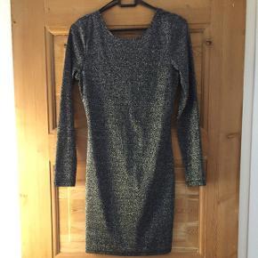 Fin glimmer kjole med dyb ryg fra Divided str 38. Strækstof. Brugt max 2 gange.
