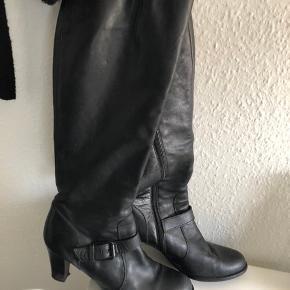 Sælger disse lange støvler med lille hæl Størrelse 39 og small i vidde   Ny pris 1899kr.