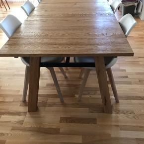 Spisebord + 6 stole sælges grundet flytning  Altid stået i et IKKE-ryger hjem  Spisebordet er fra IDEmøbler, er 2,20 meter lang. Nypris 6300,-   Stolene er fra Gades møbelcenter i Aalborg, hedder en Jerry stol. Nypris 900,- pr. stol   Alle dele har flere forbrugstegn, hvorfor prisen er tilsvarende lav ift. indkøbsprisen af sættet   Skal afhentes i Aalborg 🌸