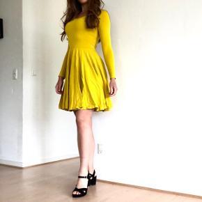 ZARA KJOLE 💛  Gul kjole i viskose og elastan fra Zara. Sidder super flot.    [NB: se også alle mine andre flotte og billige varer i shoppen]