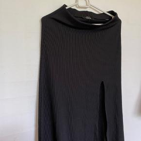 Sort nederdel fra Bershka i str s, med slids i siden. Nederdelen er aldrig brugt og helt som ny