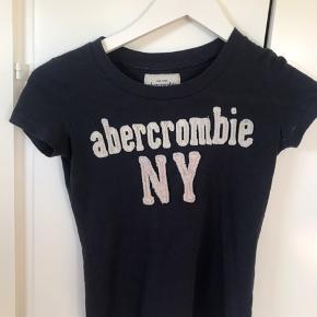 Fin t-shirt i en Str. S, vil også passe en xs. Er åben for bud