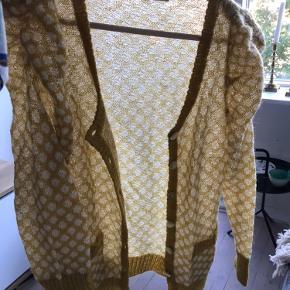 Gestuz cardigan i tynd strik - sødeste gule farve, perfekt til de kølige sommeraftener! Prismærket er fjernet, men den har aldrig været i brug, så den er fuldstændig som ny 🌟