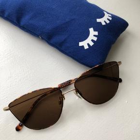 """""""5003 Bergen Chestnut/Camo"""" solbriller fra Kaibosh sælges. Solbrillerne har kun været i brug en enkelt gang, og er derfor helt som nye. De er købt sidste sommer og kvittering haves, så der er stadig garanti på dem. Nypris var 1200,- Køber betaler fragt, hvis varen skal sendes."""