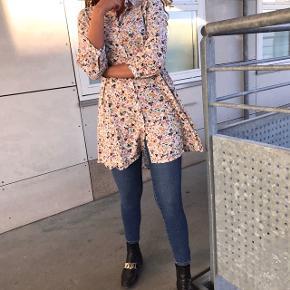 SÆLGER HELE SÆTTET 💖💗  - Stramme jeans fra Mango, str xs 💖 — MP 100kr  - Sød tunika, købt vintage / retro, str s 💖 — MP 100kr