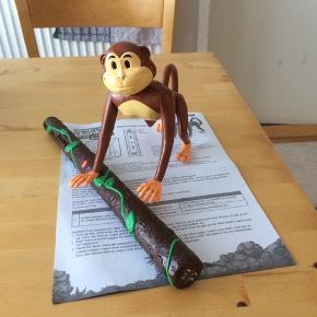 Sælger dette hide and seek monkey spil . Få en af vennerne til at gemme aben, find så ved hjælp af søgepinden. Lysene på pinden blinker når du er tæt på aben, når du så er rigtig tæt på aben, begynder pinden at sige lyde. Er som nyt, kommer fra et ikke ryger hjem. Afhentes i 2990 Nivå eller sendes mod betaling