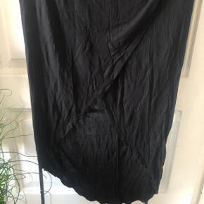Semi lang nederdel  Længere bagpå end foran Bag slutter den lige ved akillessenen, og foran midt på skinnebenet (jeg er 168cm)