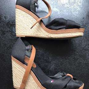 Sorte Tommy sandaler i str 39, de er brugt 2 gange og fejler intet😊Hæl er 9,5 cm.. sender med Dao for 40 kr