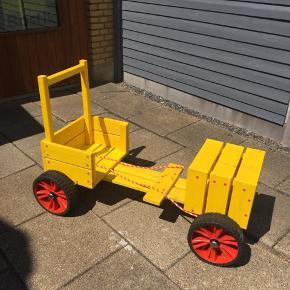 Super lækker sæbekassebil med robuste hjul og tov til at styre med. Har 2 stk.