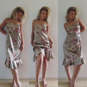 Vintage Claire kjole i det fineste letteste bløde satin lignende stof med en smule stræk. Ville beholde den selv var den ikke for stor. Fitter en M eller L, ses her på en S.