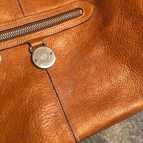 Ældre Mulberry taske sælges, da den bare ligger i skabet. Den har været flittigt brugt men der er stadig masser af liv tilbage i den. Der har været spildt noget farve indvendigt, og den har efterfølgende været renset. Billeder af skader vedlagt.  Prisen sat derefter..