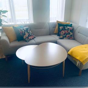 Sælger mit flotte Flair sofabordssæt fra IDEmøbler. Det store bord måler: L 75cm D 95cm H 50cm tilhørende underhylde medfølger.  Det lille bord måler: L 55cm D 65cm H 45cm. Begge borde har træ ben og laminat overflade i natur farver som er lette st tøre af og vedligeholde.   Nypris:  Stort bord: 2000 + hylde: 900 Lille bord: 1500  Samlet nypris 4400, sælges for 2800