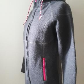 Super lækker Kari Traa jakke med mange fede detaljer i uld. Fejler absolut intet.   Mål: Bryst: 2 × 51 cm. Liv: 2 × 45,5 cm. Vidde nede: 2 × 55 cm. Armelængde: 51 cm. Længde: 79 cm.  Købspris 1300,- kr.