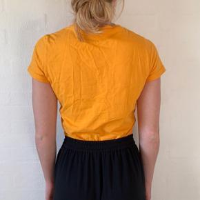 Virkelig fin cropped t-shirt med fin snoning som detalje - ingen tegn på slid