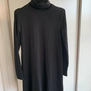 Fin basic sort kjole med høj hals✨