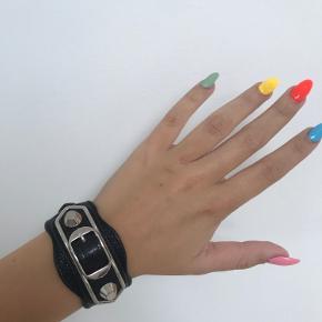 Armbåndet er nogle år gammelt og derfor har jeg ingen kvittering eller æske. Armbåndet er ægte.  Der er tegn på slid, da det er brugt en del. Kanterne på metallet er slidt en smule af, men dette ses ikke på afstand😀