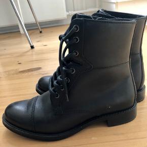 Sælges da de kun har været brugt en gang – og synes det er ærgerligt de bare står i skabet.Støvlerne fremstår som helt nye – derfor sat til aldrig brugt - se fotos for detaljer.Støvlerne er i sort læder med snører og lynlås i siden.Detaljer fra producentens hjemmeside:- Model Shape Black- Hælhøjde: 4cm- Skafthøjde: 16 cmSom det kan ses på fotoet har jeg købt runde snører og sat i – frem for de originale flade.Nypris: 1047,-Kom med et bud :)