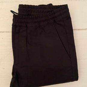 Whyred buks, model John, sort bomuld. Str. 50, normal i størrelsen. Helt nye, aldrig brugt.