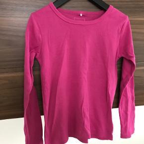 Sød bluse i pink/cerise Pæn stand  Prisen er excl. porto Bemærk, mine priser er faste. Handler gerne mobilepay på 26810990