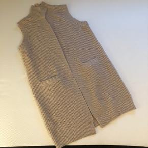 Super lækker cardigan.  90% uld 10% cashmere 😍  Obs! Det andet tøj på billederne er også til salg, tjek min profil for at finde annoncerne💫 Få mængderabat, hvis du køber flere ting.