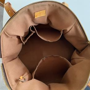 Louis Vuitton taske, model Tivoli GM M40144, med klassisk LV monogram canvas, hanke og besætning af kernelæder. Dust bag medfølger, flere billeder kan sendes.  Super fed taske, brugt med patina!  H: 25 L: 33 D: 18