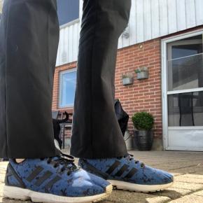 Adidas zx flux med blomster !💐 (En enkel skade på den ene sko, men ellers  ingen synlige tegn på brug)