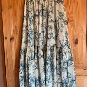 Smuk palma nederdel fra Karmamia sælges for en veninde da hun desværre ikke får den i brug. Str Small Længde 95 cm Vidde talje 66 cm mål uden stræk i elastik Elastik i taljen. Np 1600,- Sælges for 850,- + forsendelse med Dao 37,- Handler gerne via MobilePay for at spare gebyr. Nej tak til bytte.