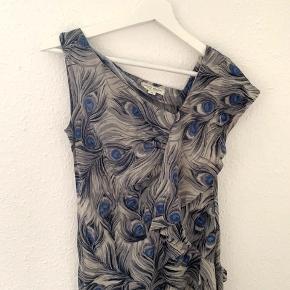 Asymmetrisk kjole fra Margit Brandt Copenhagen. Vanvittigt sød kjole med det fineste print. Er en str. 38, men passer en Xs/s. Får den desværre ikke brugt længere - sælges billigt 🌸