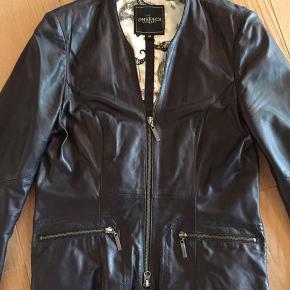 Flot sort jakke  i handskeblødt læder. Fremstår rigtig flot.