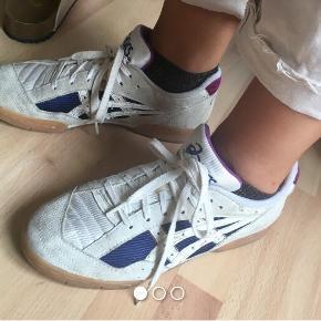 Oldschool asics sneakers der, som det fremgår, har lidt slid her og der(derfor prisen)- men derudover er i god stand!!  Kan afhentes på amager eller sendes med dao (køber betaler porto).