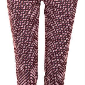 Varetype: bukser nara pants Farve: Rød Oprindelig købspris: 1300 kr.  Sælger disse flotte bukser fra Baum und Pfergarten.  De sælges for 450 + porto eller kan afhentes på Østerbro :-)