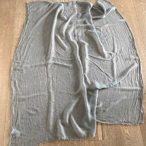 Smukt let transperant tørklæde med rå kanter samt detalje med stjerne i nitter, i det ene hjørne. 100% Viscose.
