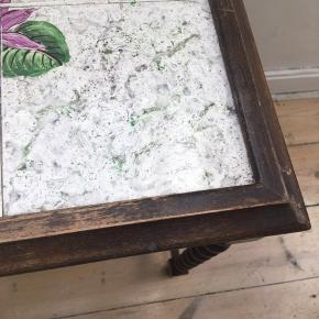 Lille bord med patina og fine, snoede ben :)