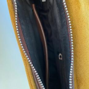 Gul skuldertaske med små rum, som kan see på billedet. Længere taskerem medfølger, så den også kan bruges som crossbody taske. Skriv privat for flere billeder og detaljer. Prisen kan forhandles. 3 for 2 på hele min profil.