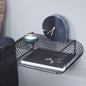 Aytm Curva hylde sort, sælger to stk! Aldrig brugt, tags sidder stadig. Nypris 799kr pr stk. Sælges for 550kr pr stk. Afhentes eller sendes med dao.  Mål - L 40,4cm B 25,5cm, H 12cm.