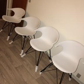 Sælger disse spisebordsstole da jeg har fået dem i indflytningsgave men selv har bestilt nogle andre. Og har ingen kvittering så de kan ikke retuneres,   PRISEN ER FAST!!!  Kan leveres i Århus og omegn for lidt merpris.