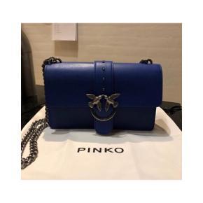 """Pinko taske💋 svær at få fat på /Limited edition, kongeblå, helt som ny - brugt 3 gange - eneste spor er på """"låsen"""" indenvendigt hvor der er få par skrammer som kan ses på billedet🌸🌸 du finder ikke en anden med tasken, super unik og flot.  BYD😘"""